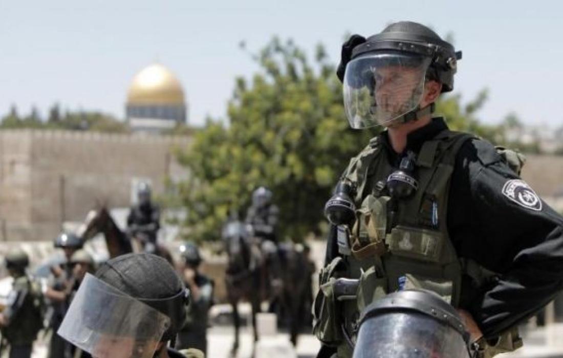 قوات الاحتلال تعقل شاب في القدس وتشدد من إجراءاتها في البلدة القديمة