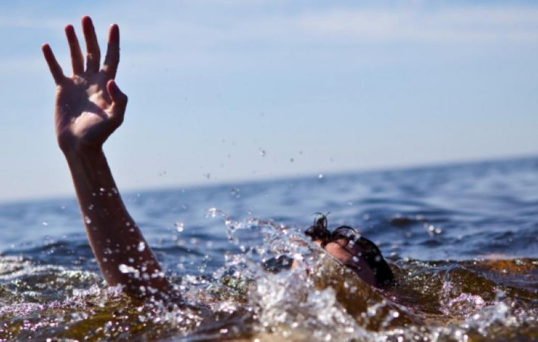 وفاة  شاب وإنقاذ ٧ اخرين بعد تعرضهم للغرق في بحر غزة