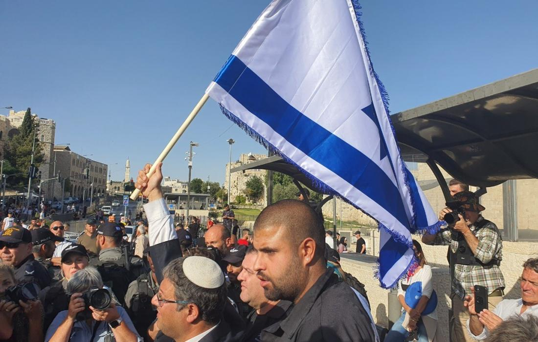 عضو كنيست يقتحم الاقصى ويرفع علم اسرائيل