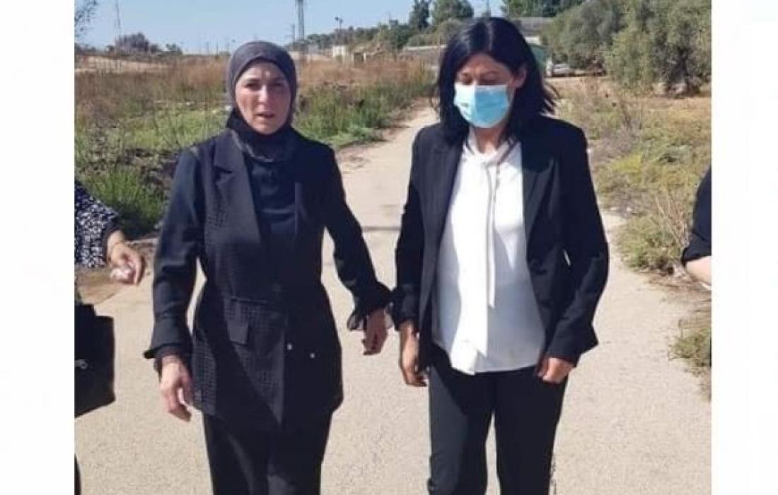 النائب خالدة جرار تتنسم عبير الحرية من سجون الاحتلال.JPG