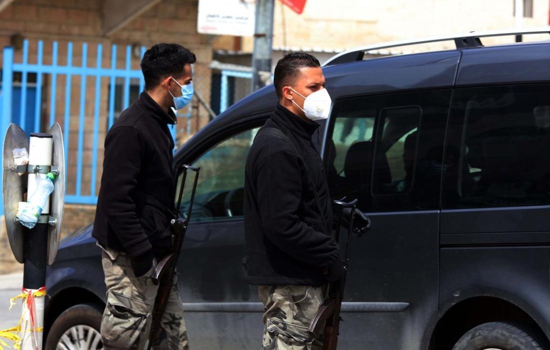 حواجز للامن الفلسطيني تفصل بين القرى والمخيمات وبين المدن في محافظة بيت لحم لمنع انتشار فيروس كورونا. (12)