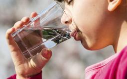 شرب الماء.