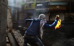 شبان يواجهون اقتحام سيارات المستوطنين  منطقة في القدس بالزجاجات الحارقة
