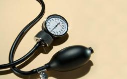 أعراض وأسباب وعلاج ضغط الدم المزمن والمفاجئ