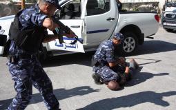 الشرطة تلقي القبض