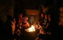 أرشيف (صورة لعائلة غزية أثناء قطع الكهرباء)