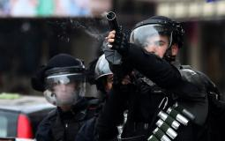 جندي إسرائيلي يقمع شبان فلسطينيين (ارشيف)