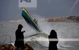 صياد يصارع الأمواج بحثا عن لقمة العيش