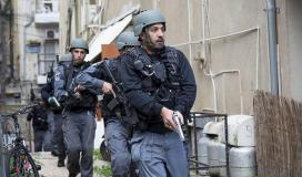شرطة الاحتلال تلاحق عامل فلسطيني