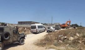 قوات الاحتلال تصادر جرافة في سلفيت وتمنع المواطنين من التواجد في أراضيهم