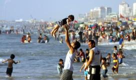 البحر كاد يبتلع المواطنين وبلدية غزة تقر السباحة