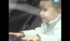 ذكاء طفل ينقذه من اغلاق سيارة والدته والخروج بنجاح منها