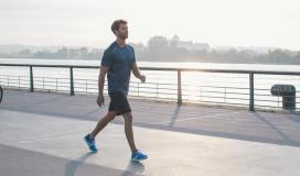 فوائد المشي على معدة فارغة يومياً