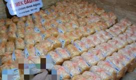 """جمعية """"أرض السلام""""  توزع 500 ربطة خبز على الأسر الفقيرة والمتعففة بغزة"""