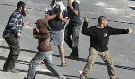 مستوطنون يرشقون الفلسطينيين بالحجارة