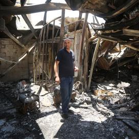 """بالصور :فلسطينيون يبحثون تحت الانقاض عما تبقى من مصانعهم الاقتصادية التي دمرتها """"اسرائيل"""""""