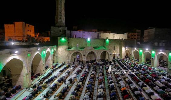 بالصور : إحياء ليلة السابع والعشرين من رمضان في المسجد العمري الكبير في غزة