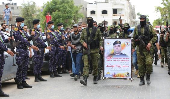 """بالصور:تشييع جثمان القائد/ محمد الهشيم """"أبو علي"""" أحد قادة السرايا في لواء الشمال، والذي توفي أمس متأثراً بإصابته بفيروس كورونا."""