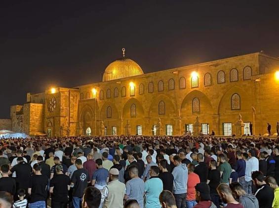 بعد ليلة دامية.. حشود فلسطينية تتحدى الاحتلال وتُحيي قيام ليلة القدر في القدس والأقصى